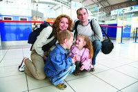 33001 emigratie familie vliegveld medium 1365628026