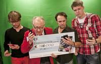 40411 foto   150 000 euro voor serious request van youp   nrc medium 1365623029