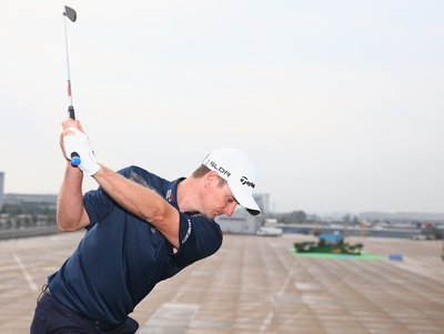 143541 golfer%20justin%20rose%20%20plays%20a%20shot%20from%20the%20wing%20of%20a%20british%20airways%20boeing%20747 1 9c4452 medium 1412254790