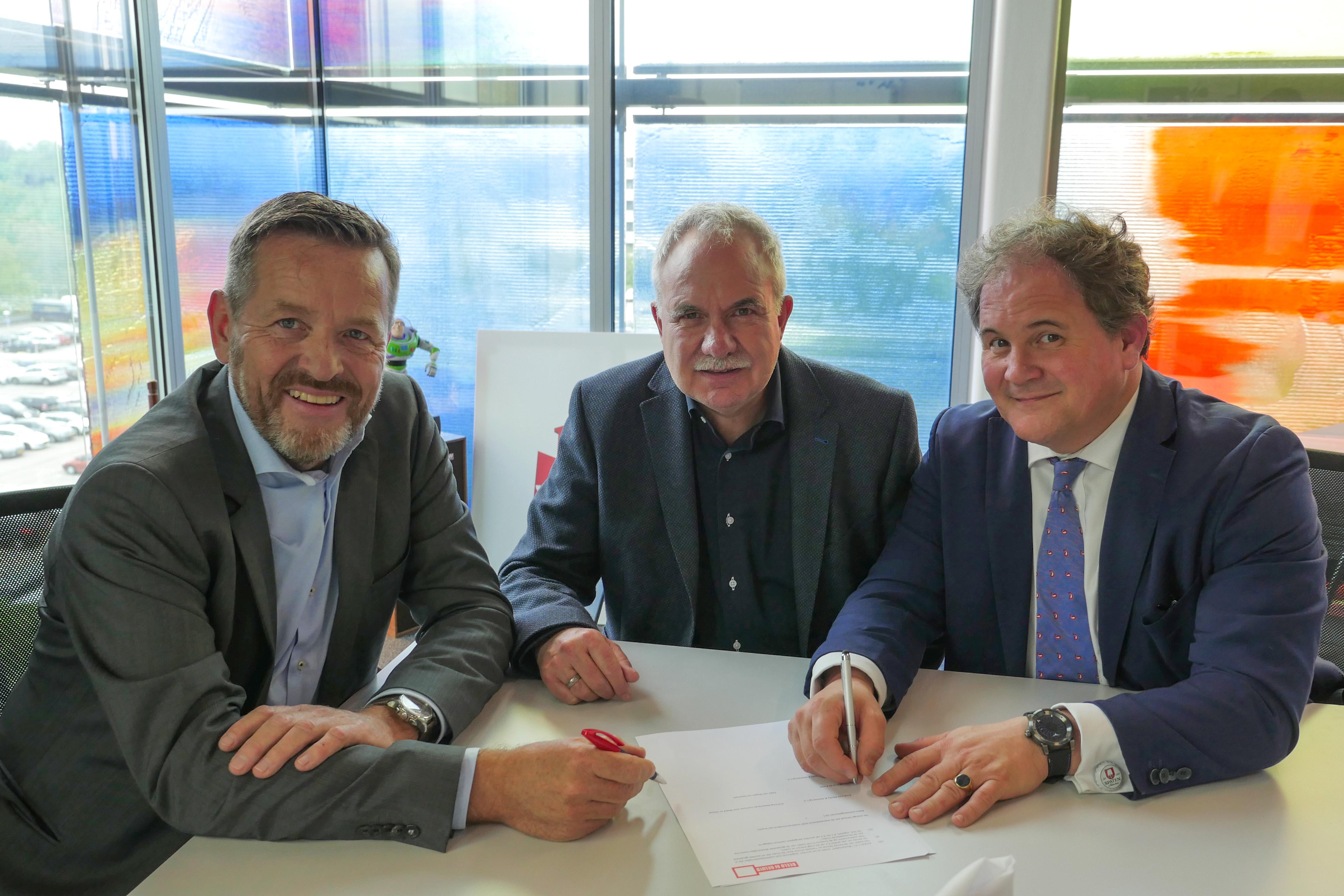 v.l.n.r. Alex Tielbeke, CEO Eredivisie, Jan de Vries, Broadcast Operations Director at Fox Network Group Netherlands en Eppo van Nispen tot Sevenaer, directeur Beeld en Geluid ondertekenen de samenwerking