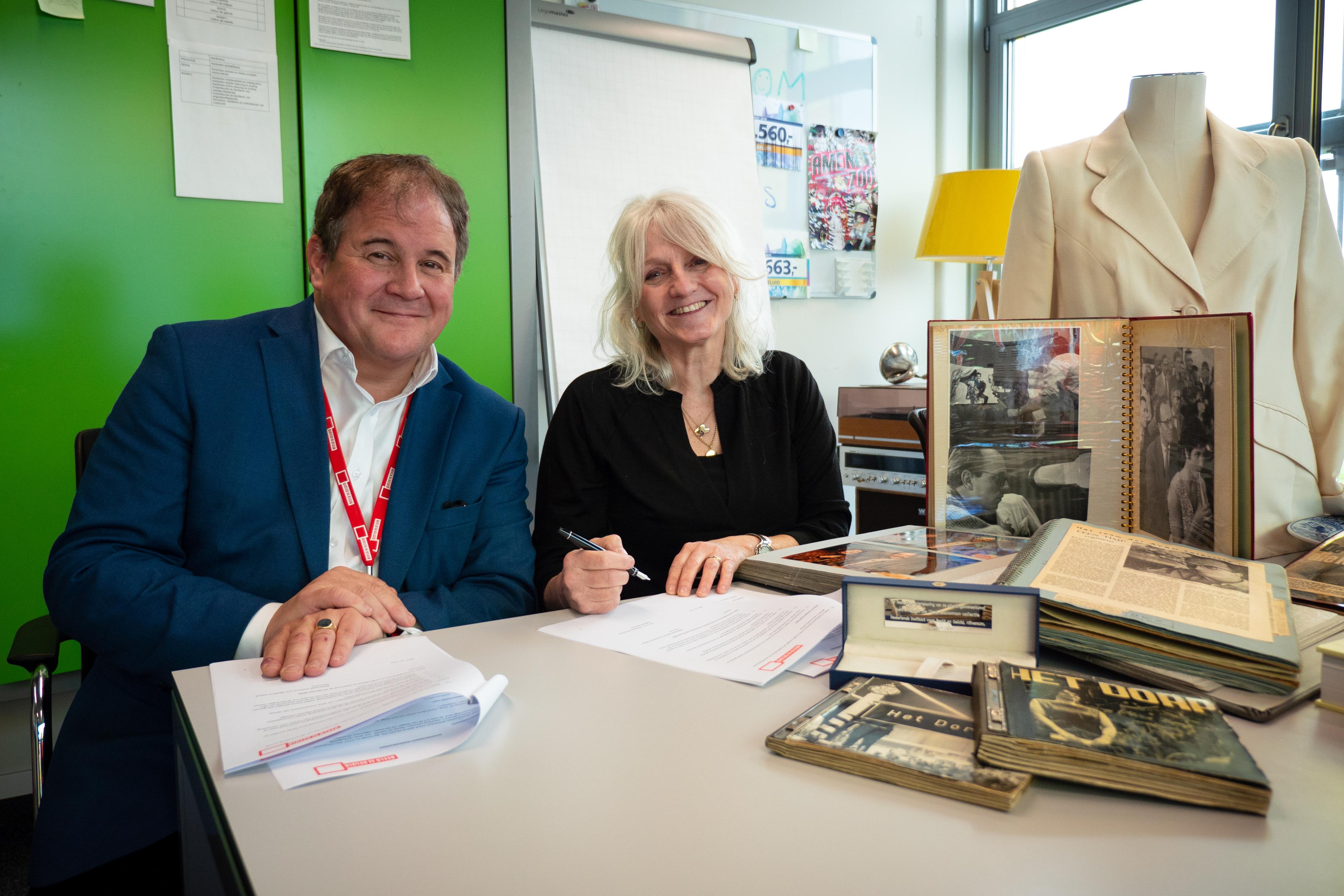 Eppo van Nispen tot Sevenaer ondertekent samen met Marieke Timp de schenkingsovereenkomst