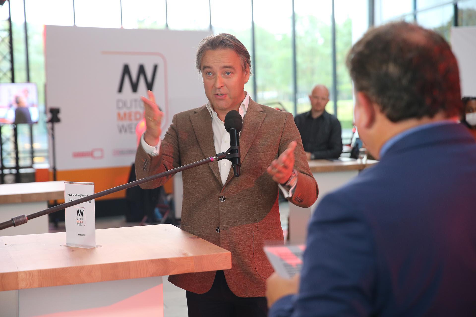 Wethouder Gerard Kuipers in gesprek met Eppo van Nispen tot Sevenaer tijdens de opening Dutch Media Week 2020.jpg