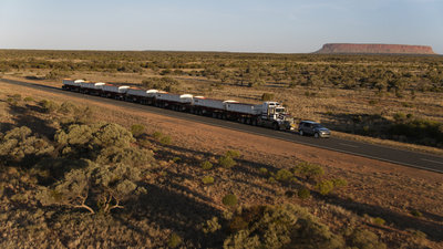 258721 07 land rover discovery sleept roadtrain door australische outback 8e9a33 medium 1505898236