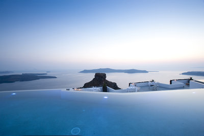 225216 grace%20santorini%20infinity%20pool%20%26%20skaros%20rock%20%28credits%20grace%20santorini%29 49993d medium 1474372765