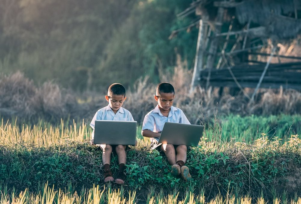 266631 laptop nature grass outdoor people field 1179865 pxhere.com 1 1024x696 19f4fd large 1512124484