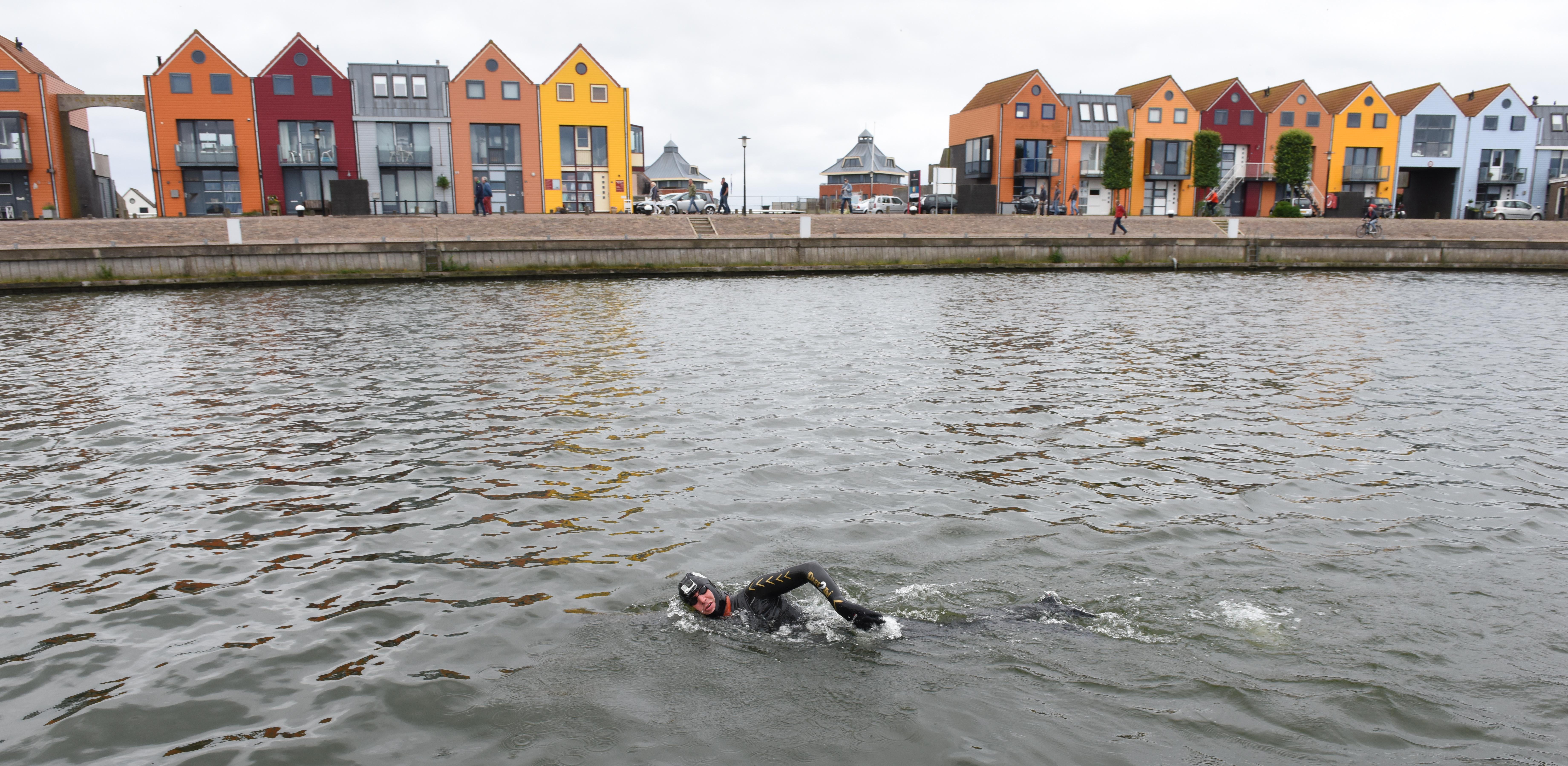 Maarten swimming