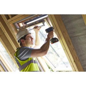 296499 werkman die houten ramen aan het vervangen is 6ee86e square 1542875813