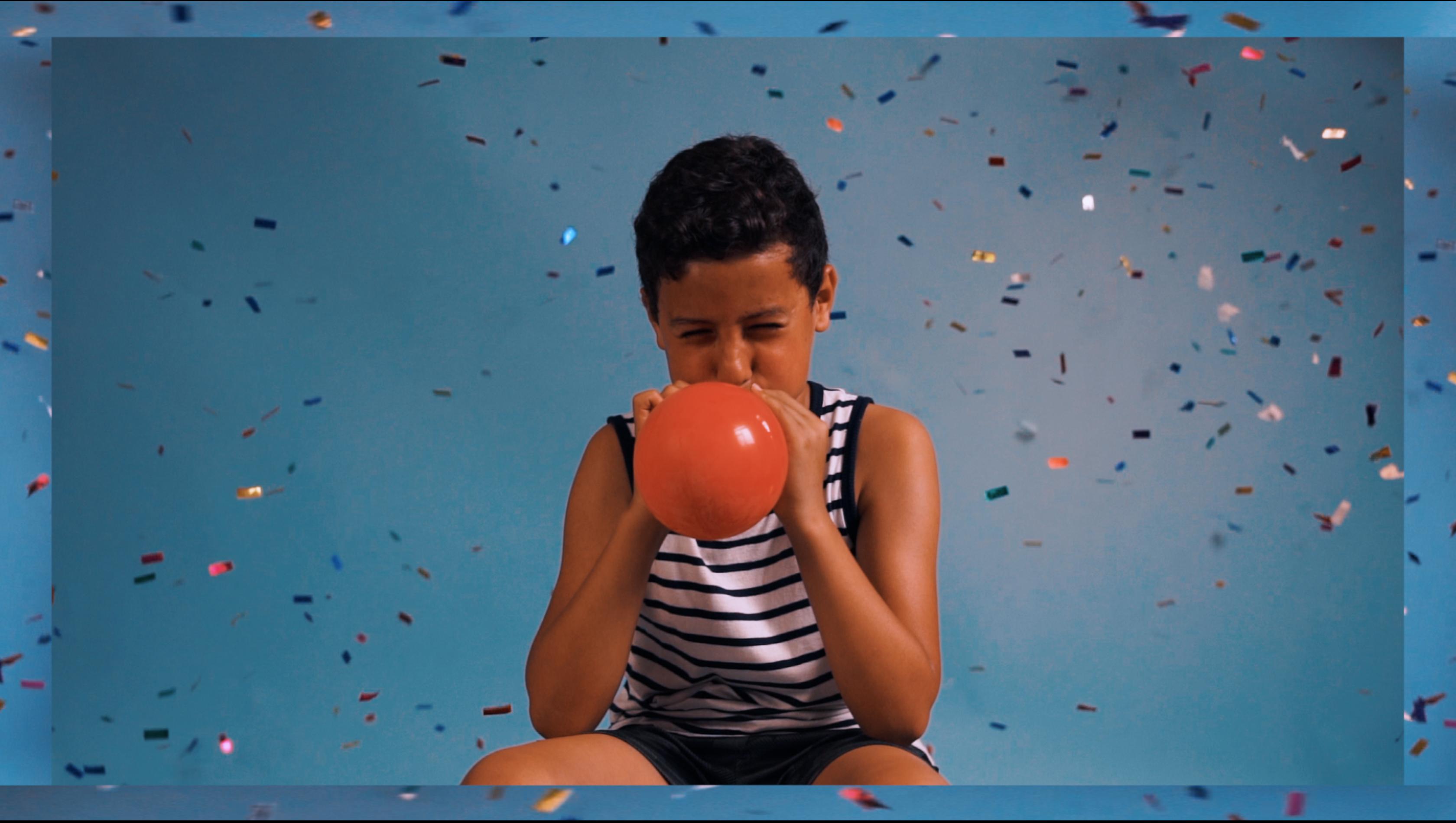 Jongen blaast ballon op.png