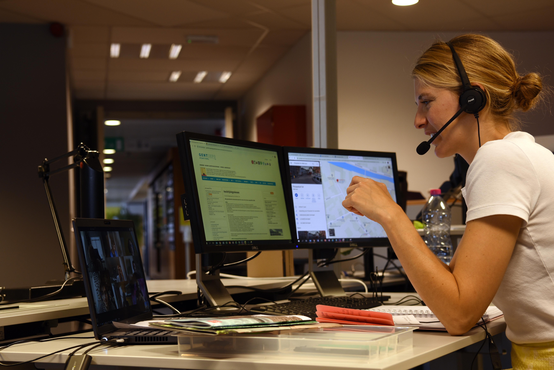 Een medewerker van Gentinfo beantwoordt een telefoontje.
