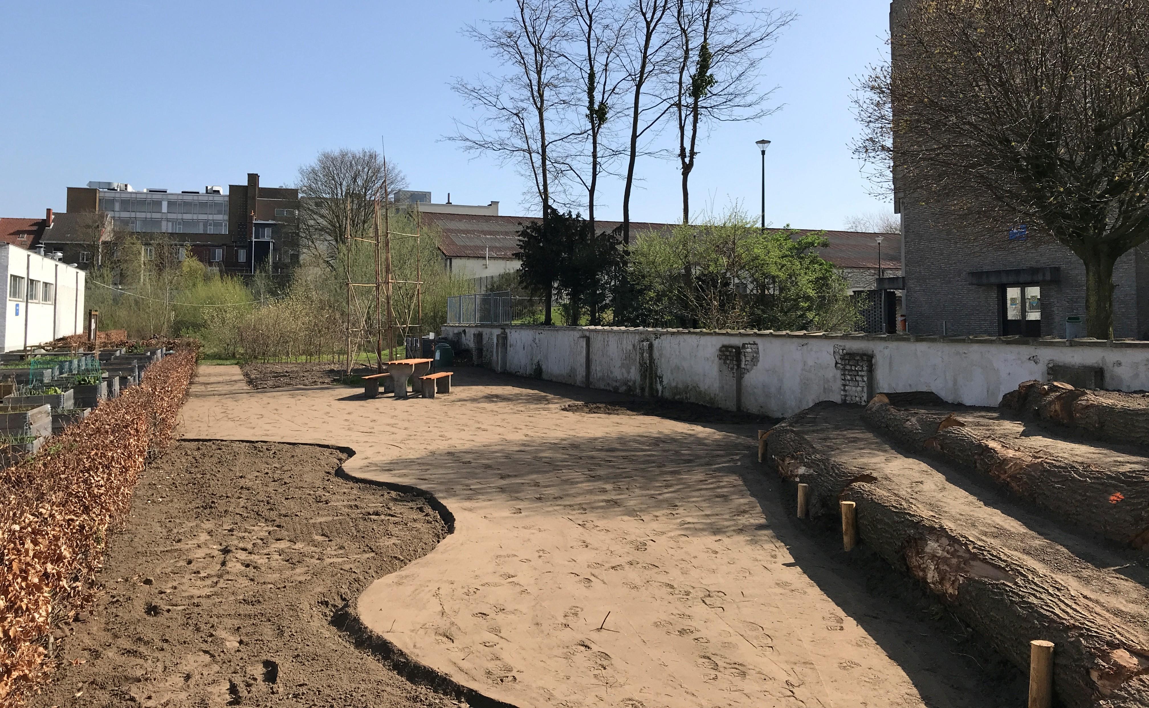 Centraal op de scholencampus in de Offerlaan wordt momenteel een pluktuin aangelegd.