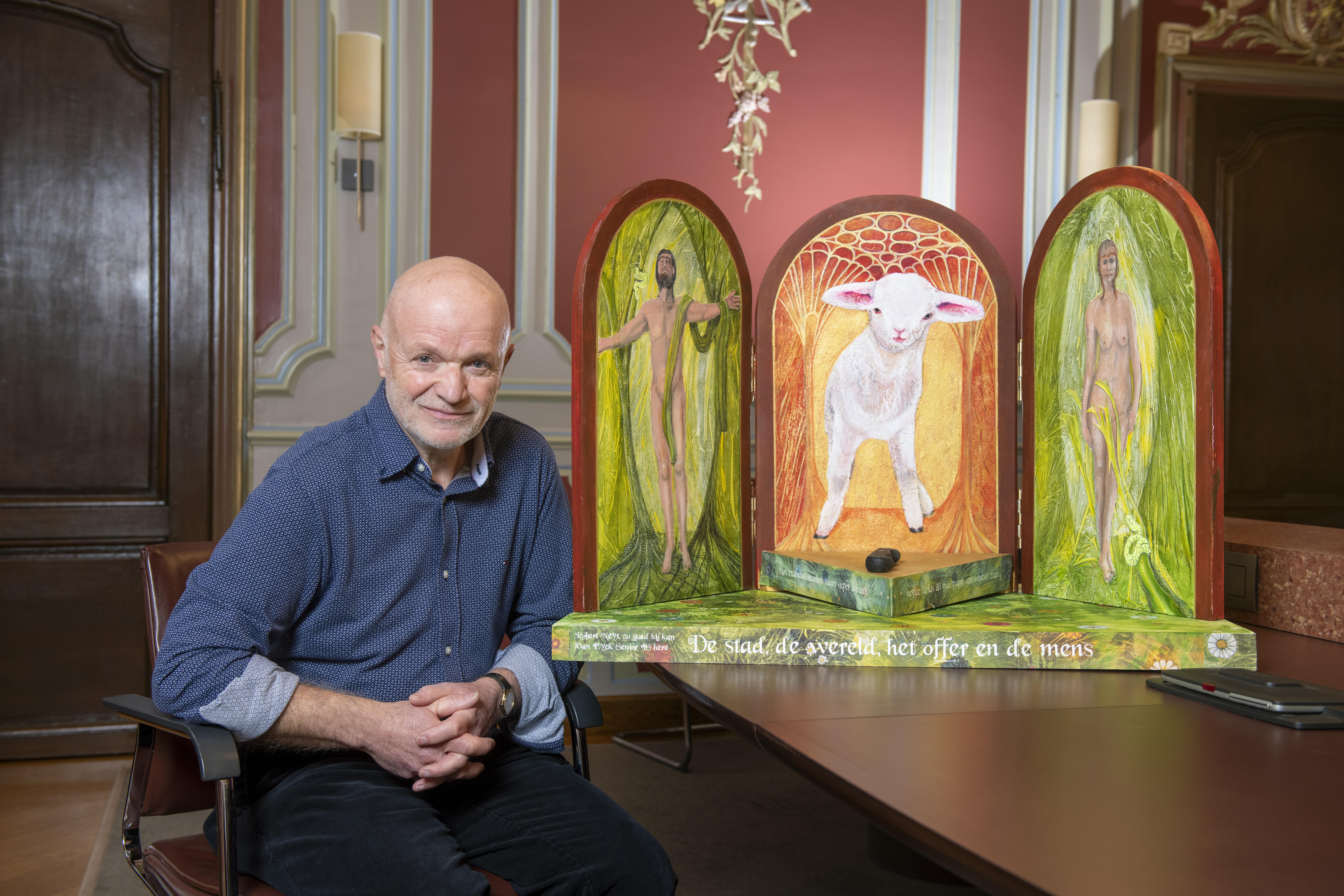 Robert Neyt, een van de deelnemers, bij zijn triptiek 'De stad, de wereld, het offer en de mens'.