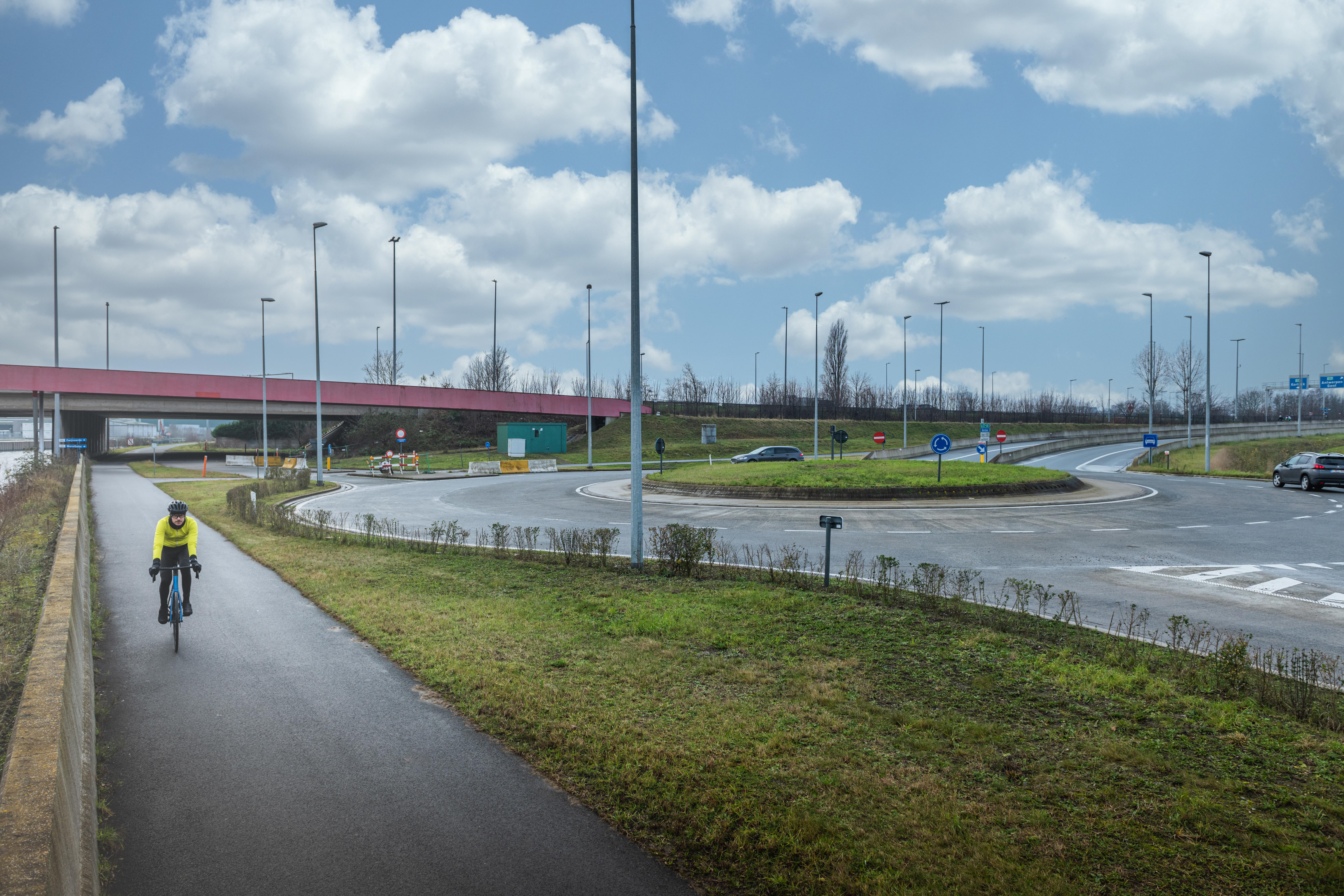 De nieuwe ontsluitingsweg achteraan zal aansluiting op deze rotonde geven. © Jeroen Willems