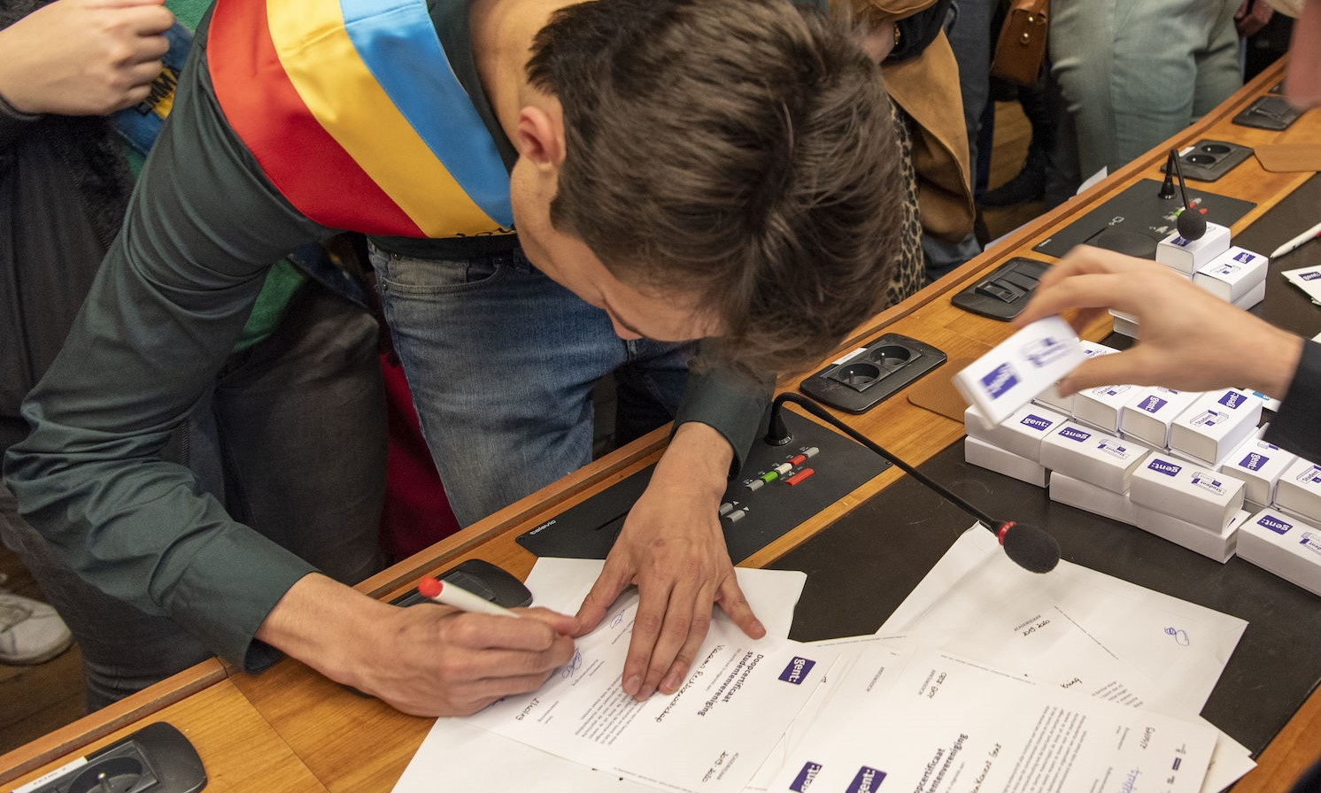 Een student ondertekent het doopdecreet in 2019.