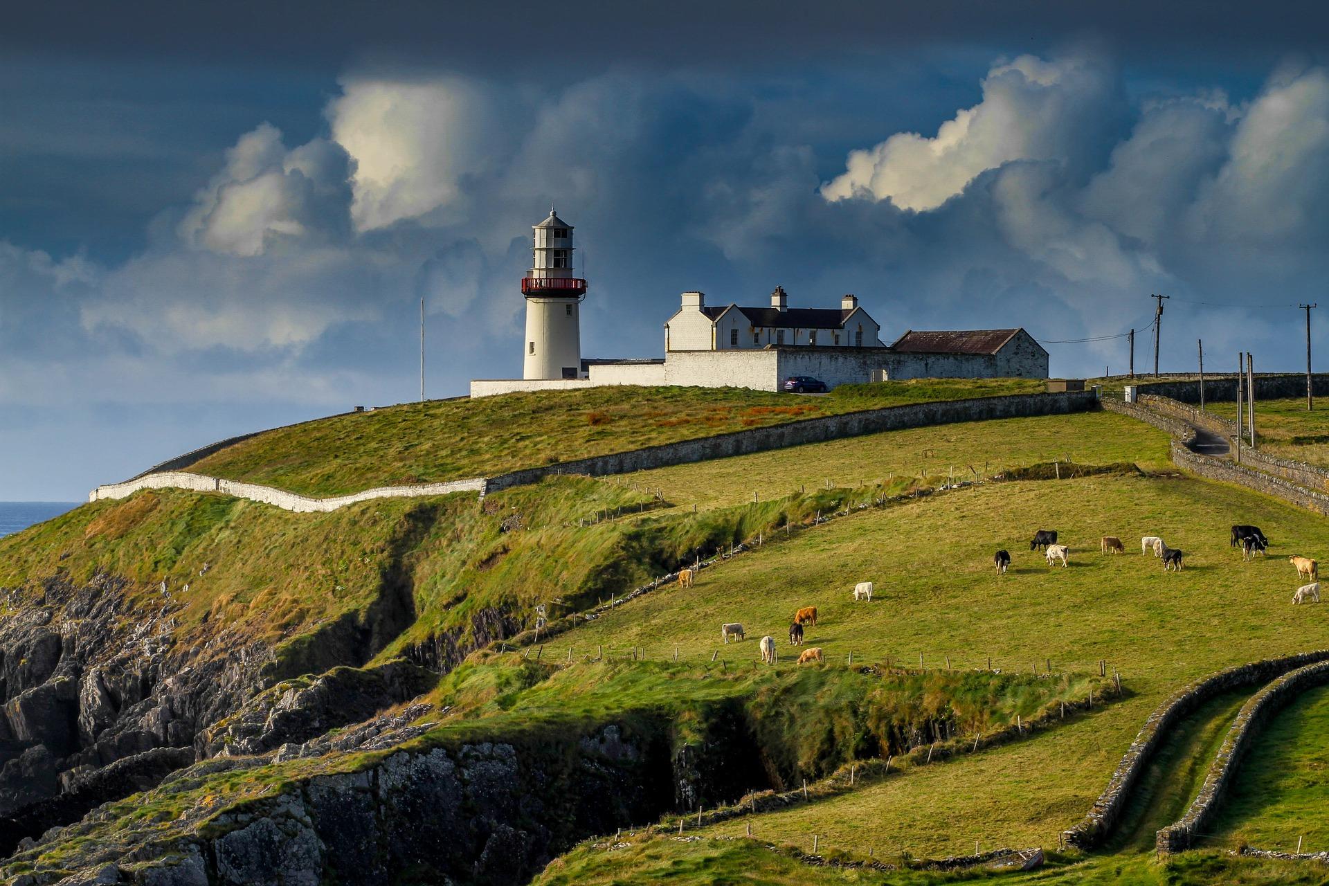 lighthouse-2542726_1920.jpg