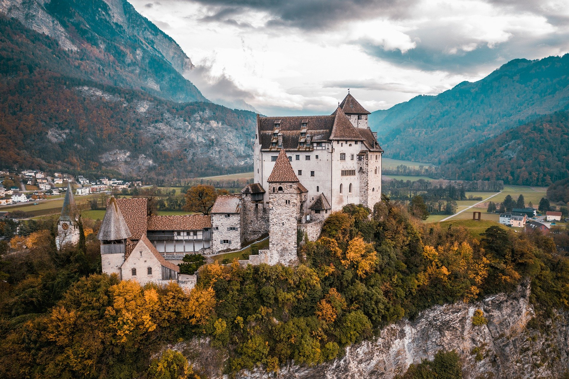 castle-5693094_1920.jpg