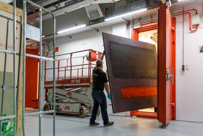 Het monumentale werk Grey, Orange on Maroon, No.8 (1960) van Rothko verlaat Museum Boijmans Van Beuningen (foto: Aad Hoogendoorn)
