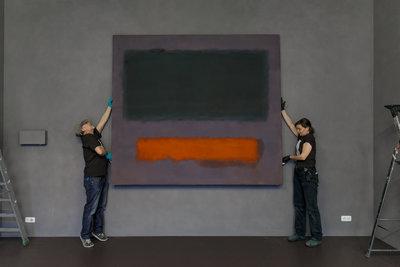 'Art handlers' van Museum Boijmans Van Beuningen installeren Rothko's Grey, Orange on Maroon, No.8 (1960) in het Stedelijk Museum Schiedam (foto: Aad Hoogendoorn)