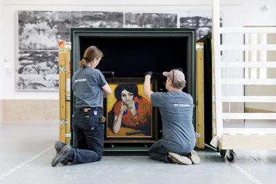 Verhuizing 'Le doigt sur la joue (De vinger aan de wang)' van Kees van Dongen. Foto: Aad Hoogendoorn