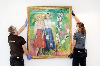 Opbouw van de tentoonstelling 'Kunst stelt alles voor' in het Chabot Museum door medewerkers van Boijmans. Foto: Aad Hoogendoorn