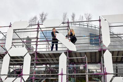 Ina Klaassen en Arjen Ketting verzetten ESF klok voor het depot exact 4 jaar na eerste paal depot. Foto: Aad Hoogendoorn