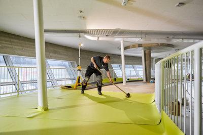 De mezzanine van ontwerper en kunstenaar John körmeling wordt gereed gemaakt voor de opening van het depot - Foto: Aad Hoogendoorn