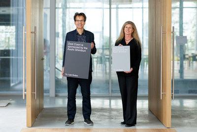Directeurs Depot en Museum Boijmans Van Beuningen Ina Klaassen en Sjarel Ex danken The Asahi Shimbun. Foto: Aad Hoogendoorn