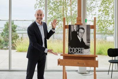 Wethouder Said Kasmi onthult naam zaal Coert, Depot Boijmans Van Beuningen. Foto: Aad Hoogendoorn