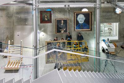 Inrichting eerste vitrine Depot Boijmans Van Beuningen. Foto: Aad Hoogendoorn