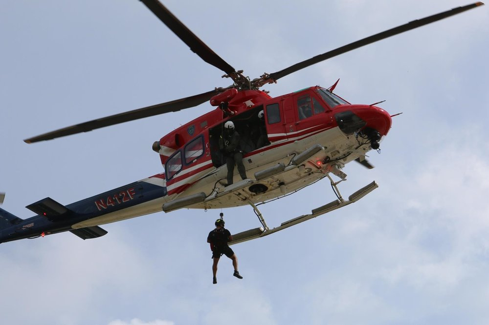 267243 houston police bell 412 performing rescue 097ddc large 1513005769
