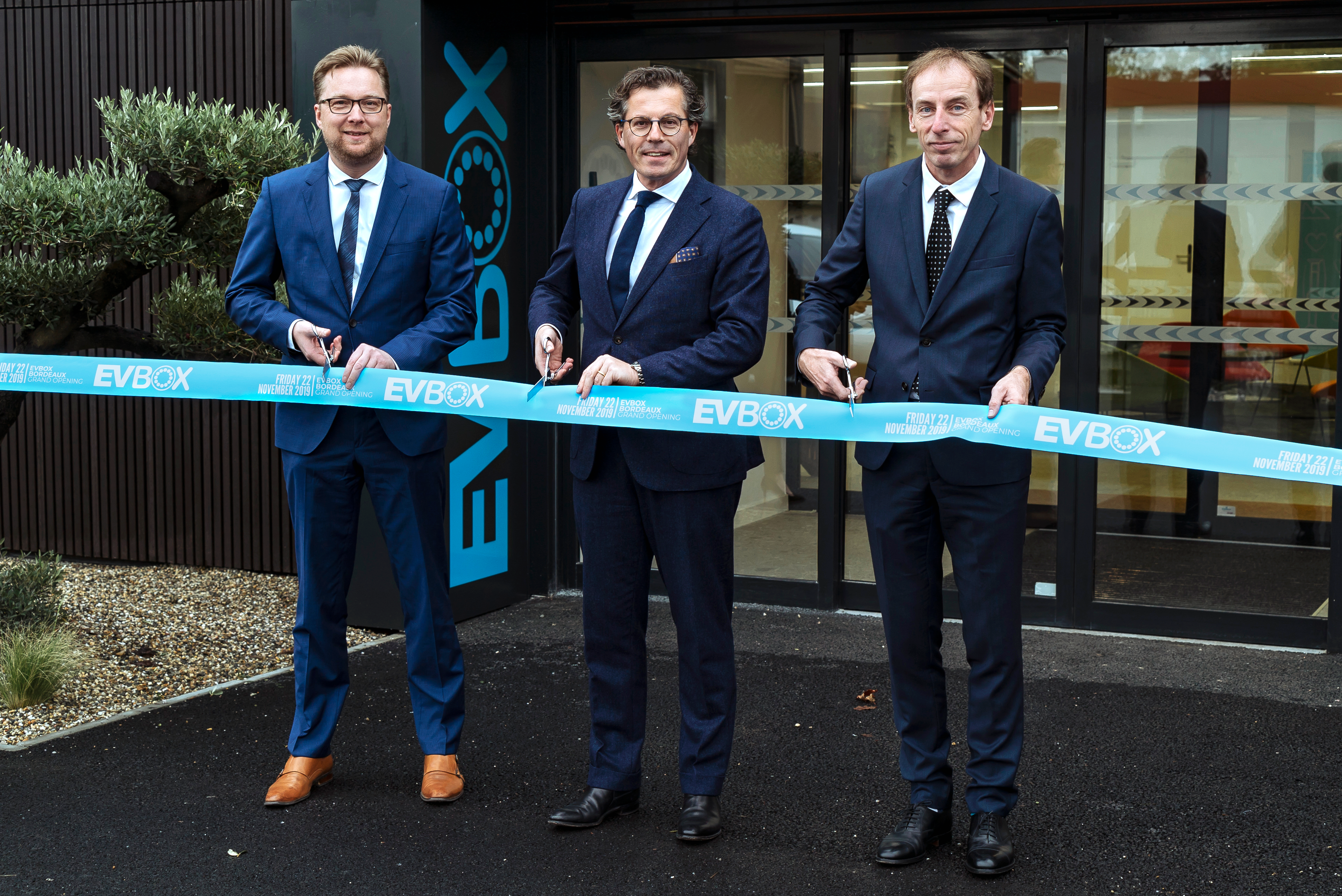 EVBox Bordeaux opening ribbon cutting.png