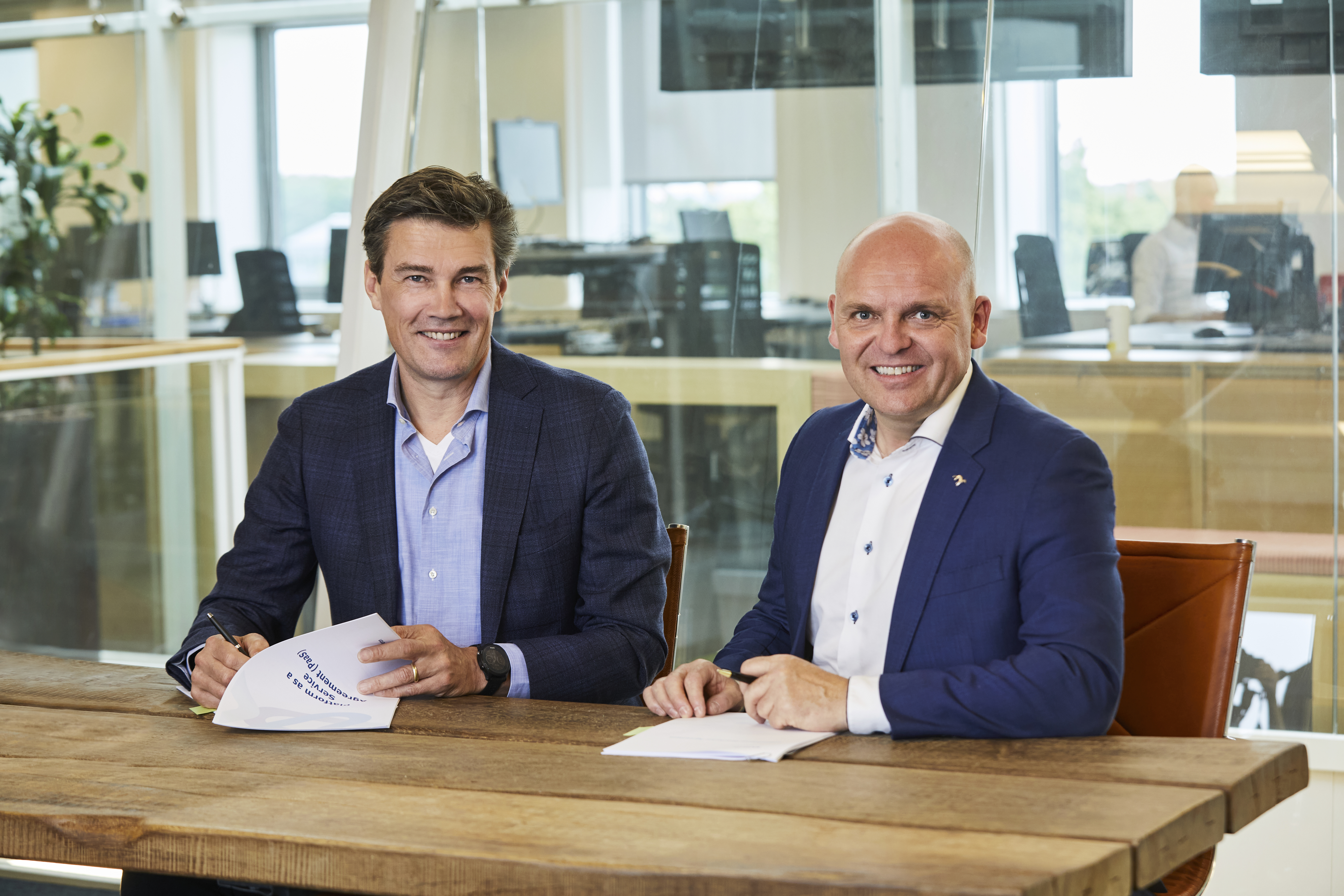 On the left Bram Poeth, CCO at EVBox Group and Mads Brøgger, director of the energy division at Norlys