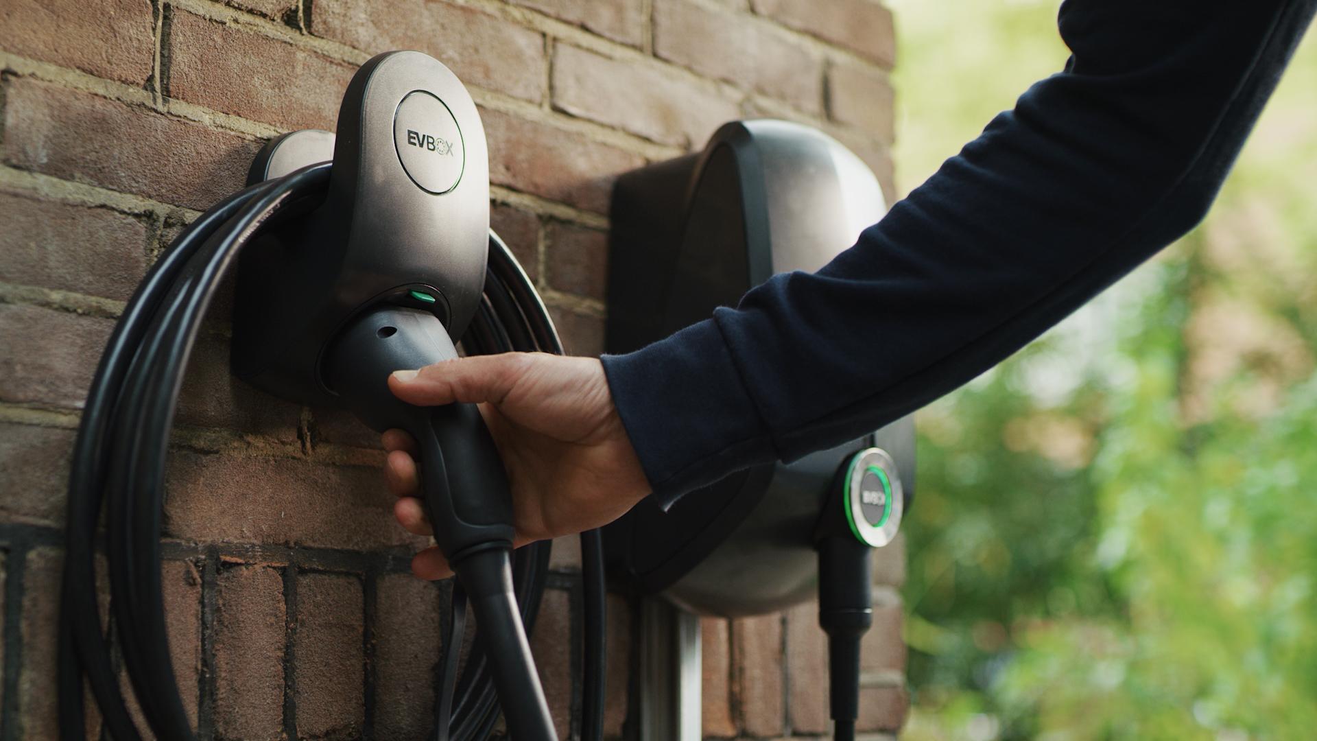 EVBox Elvi op groene stroom van om | nieuwe energie en geïnstalleerd door Laadpunt Nederland