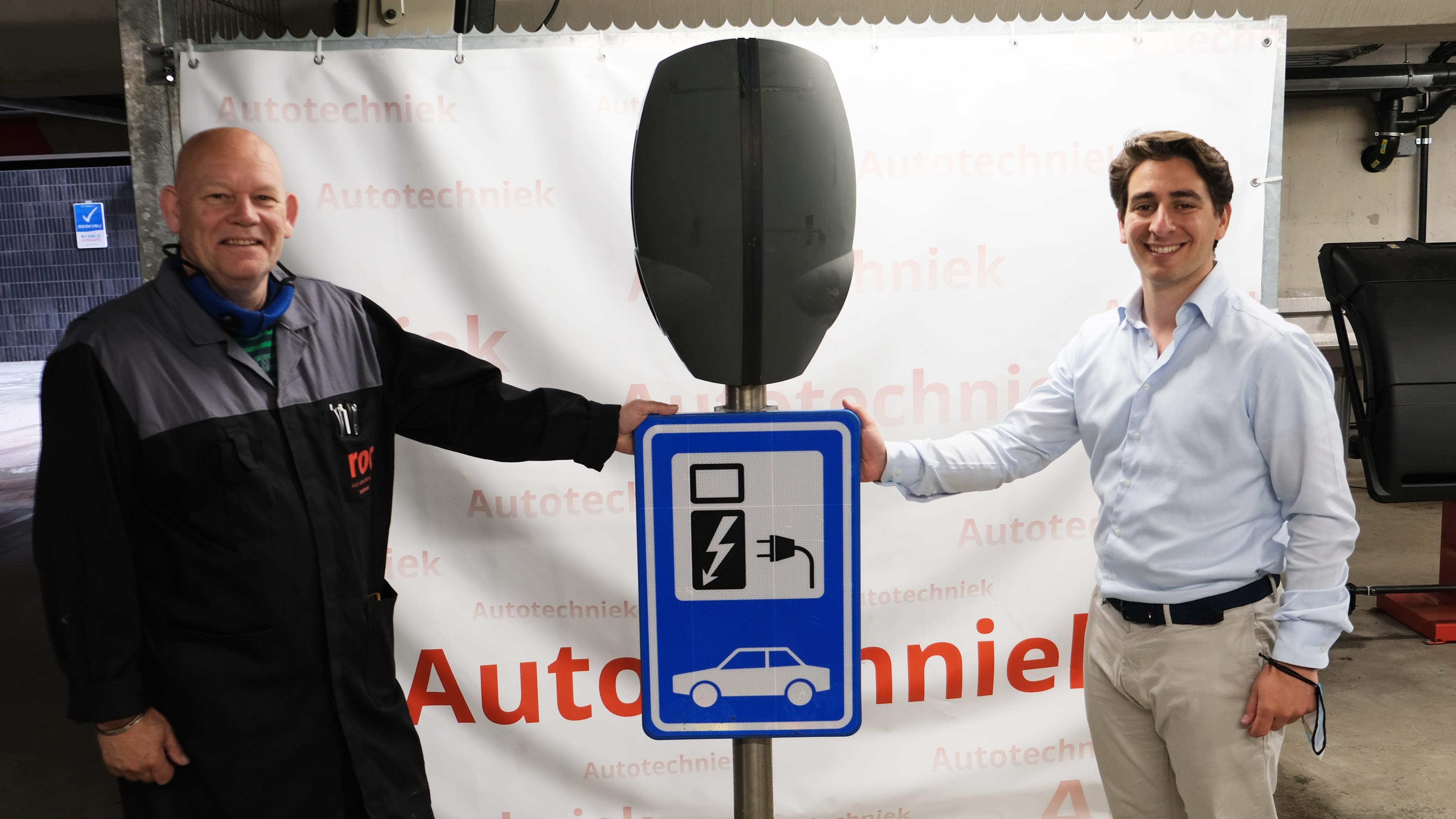 Maxime van Gelder, Business Development Manager Benelux bij EVBox, overhandigde de laadstations aan Rob Klerk, docent elektrotechniek van het ROC in Amsterdam
