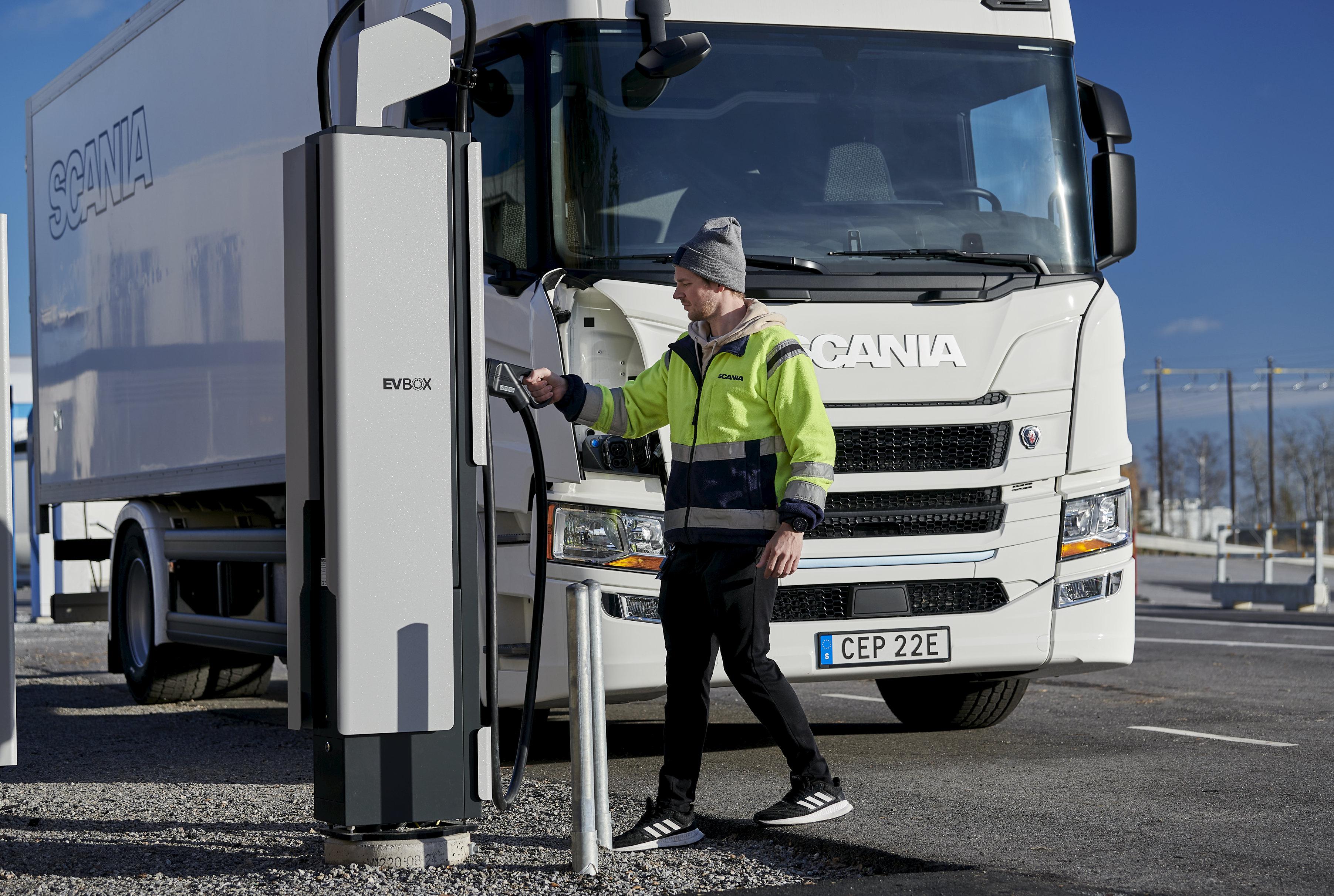 Borne de recharge EVBox Ultroniq en train de recharger un camion électrique Scania © Scania