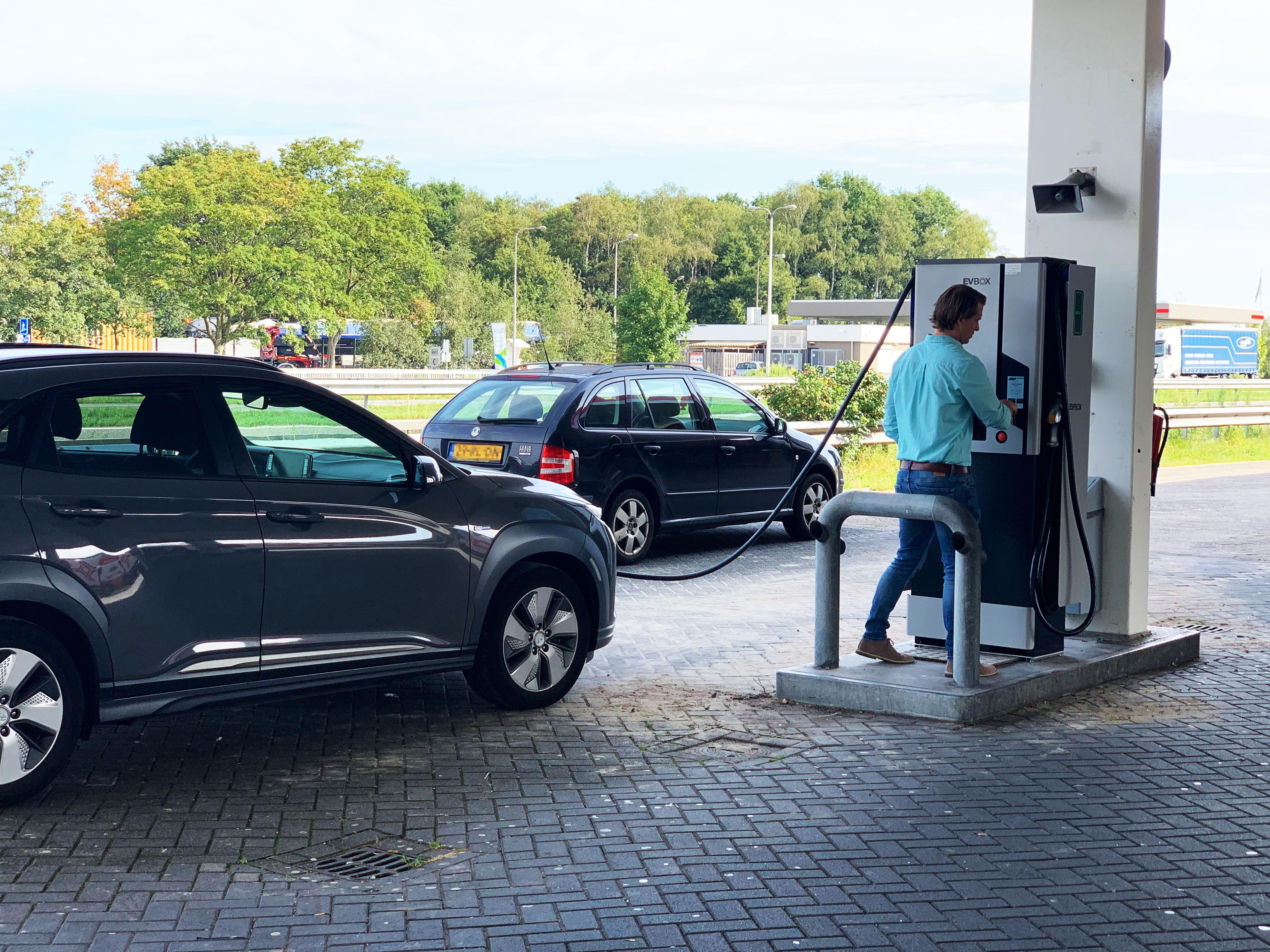 Chargeur rapide EVBox Troniq 50 installé dans une station service aux Pays-Bas