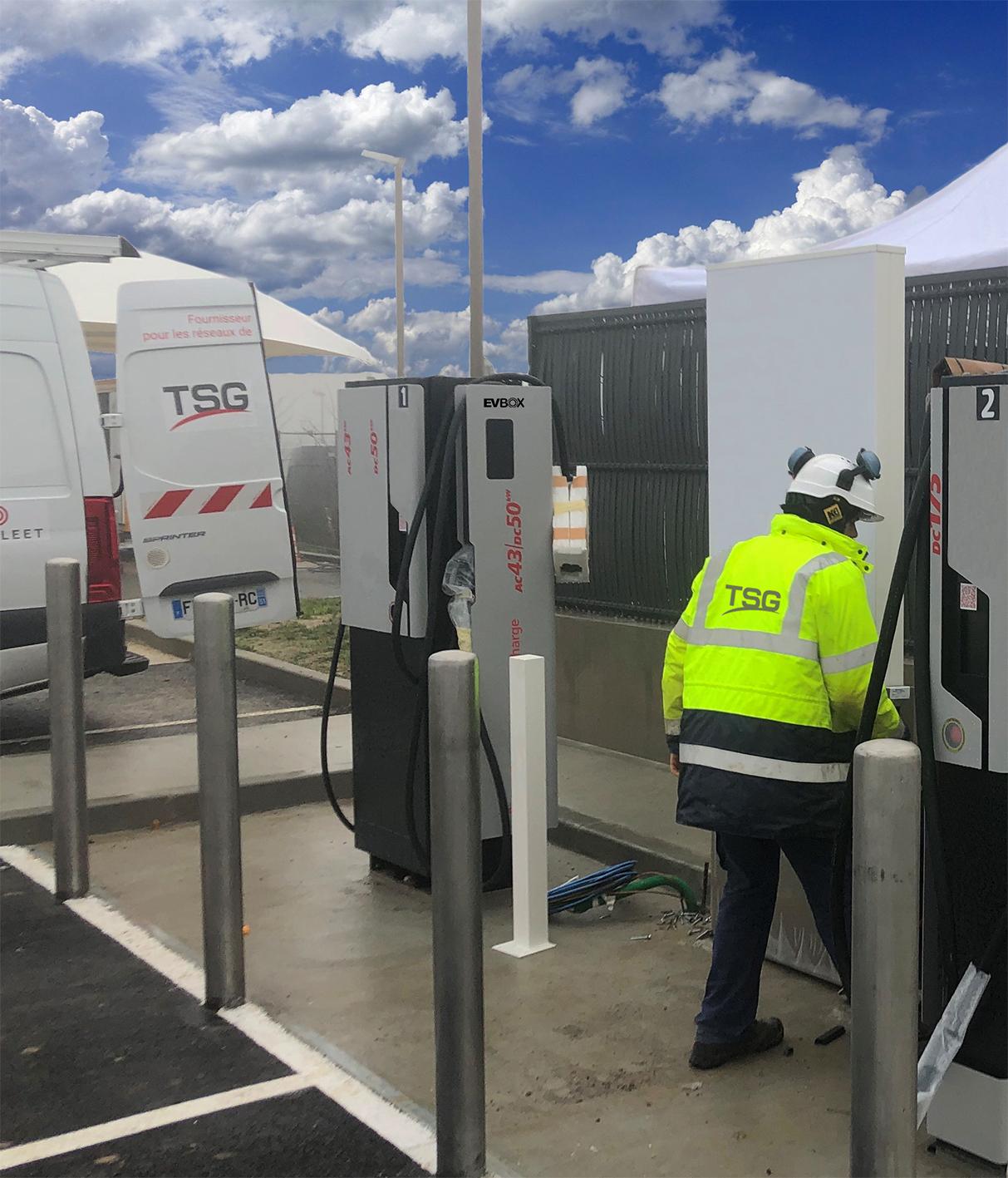 Équipes TSG sur le terrain lors de l'installation de chargeurs rapides EVBox