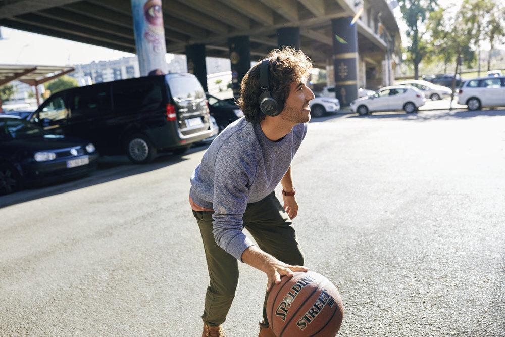 313712 jbl lifestyle%20image live%20500bt black basketball 21eab5 large 1558611821