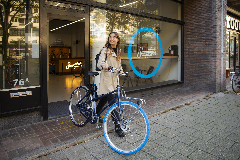 Swapfiets Deluxe 7 in front of Swapfiets Store (Photo: Justin Nan / Swapfiets.com)