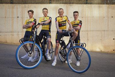 Swapfiets joins forces with Team Jumbo-Visma (from left: Lars Boven, Steven Kruijswijk, Robert Gesink & Rick Pluimers) / Foto: Jerome Wassenaar (R4A3199)