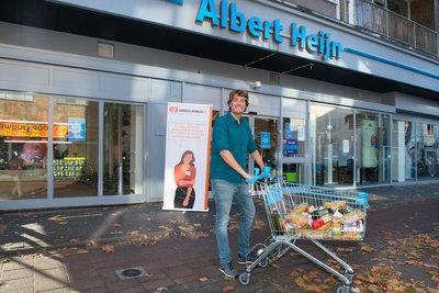 Frank Dane met een kar vol boodschappen gericht op de warme maaltijd voor Albert Heijn Langestraat in Hilversum. Foto AH_Yasmin Hargreaves