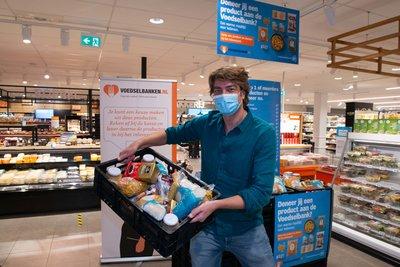 Frank Dane zet de spullen klaar in de winkel.  Foto AH_ Yasmine Hargreaves