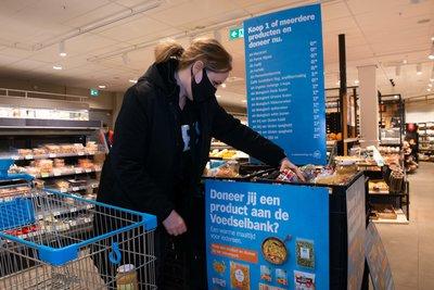 Ook collega van Radio 538 Hannelore Zwitserlood komt langs in de winkels en koopt een aantal producten voor de actie. Foto AH_Yasmin Hargreaves