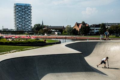 Skatebowl en K-tower (copyright: Kortrijk- Fotograaf: Bas Bogaerts)