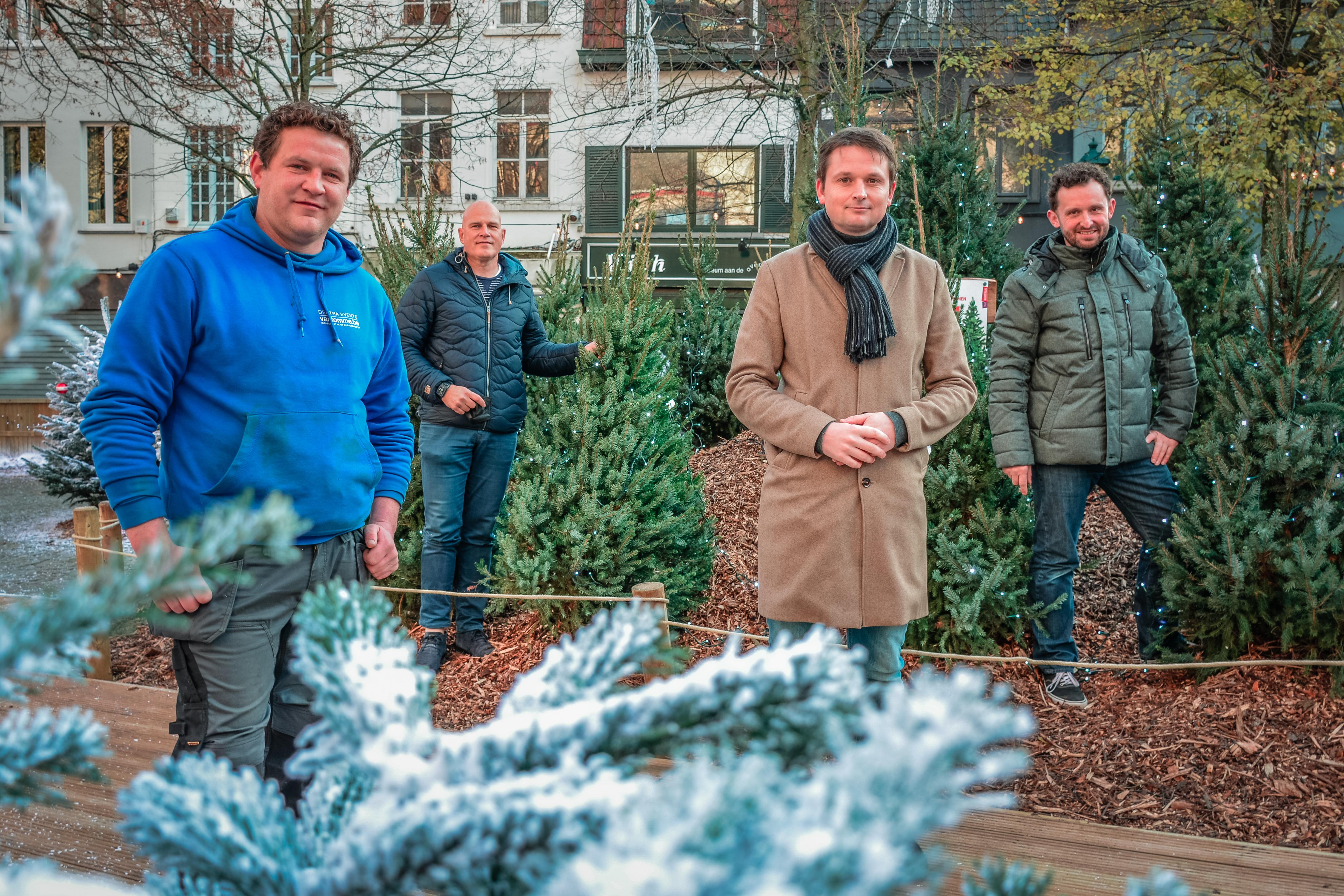 Schepen Arne Vandendriessche en schepen Bert Herrewyn samen met de aannemer en leverancier in de Wintertuin.