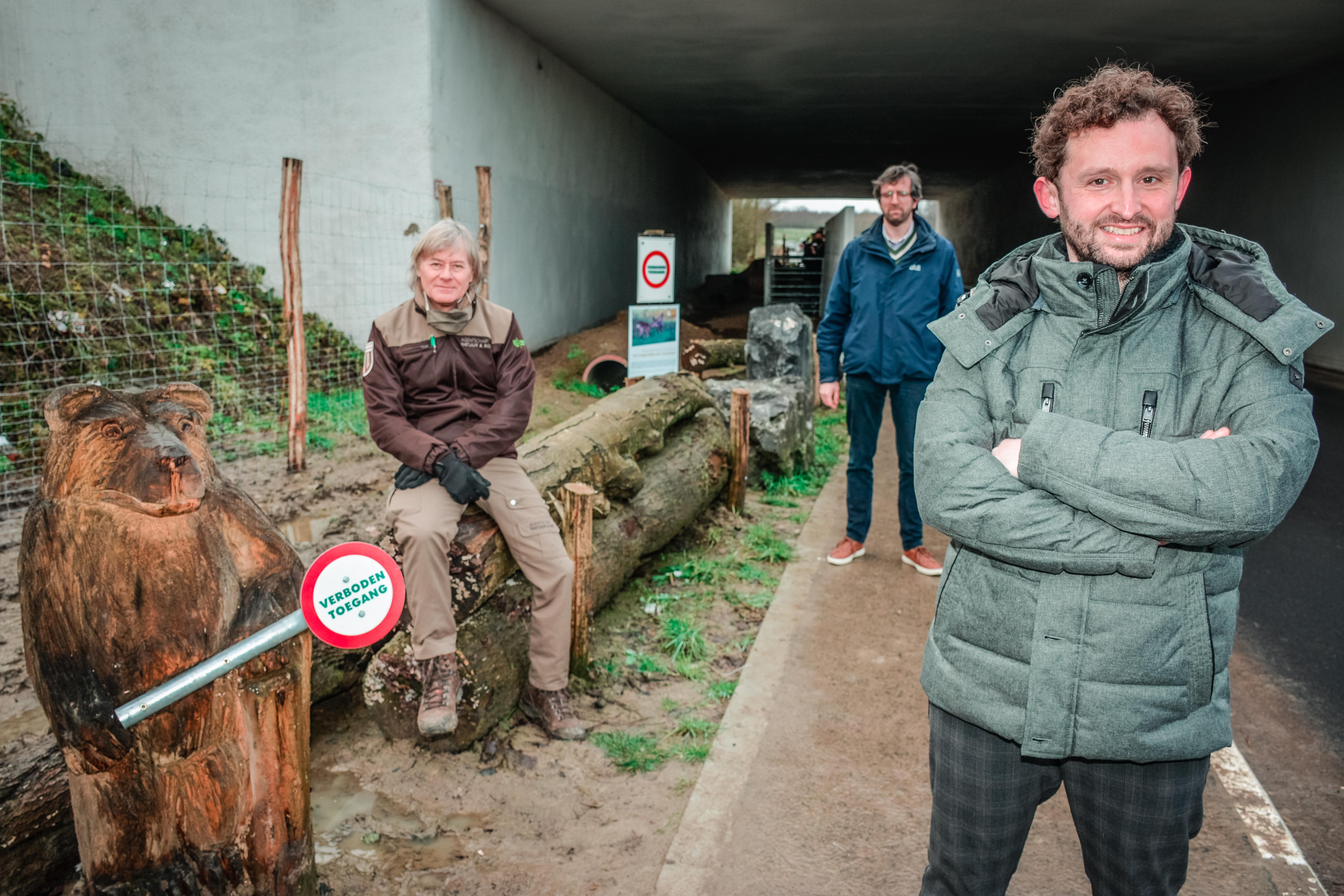 Schepen Bert Herrewyn (rechts) samen met Jan Allegaert (boswachter ANB, links) en Franco Verschueren (AWV, midden) bij de eerste ecotunnel.(copyright: Kortrijk)