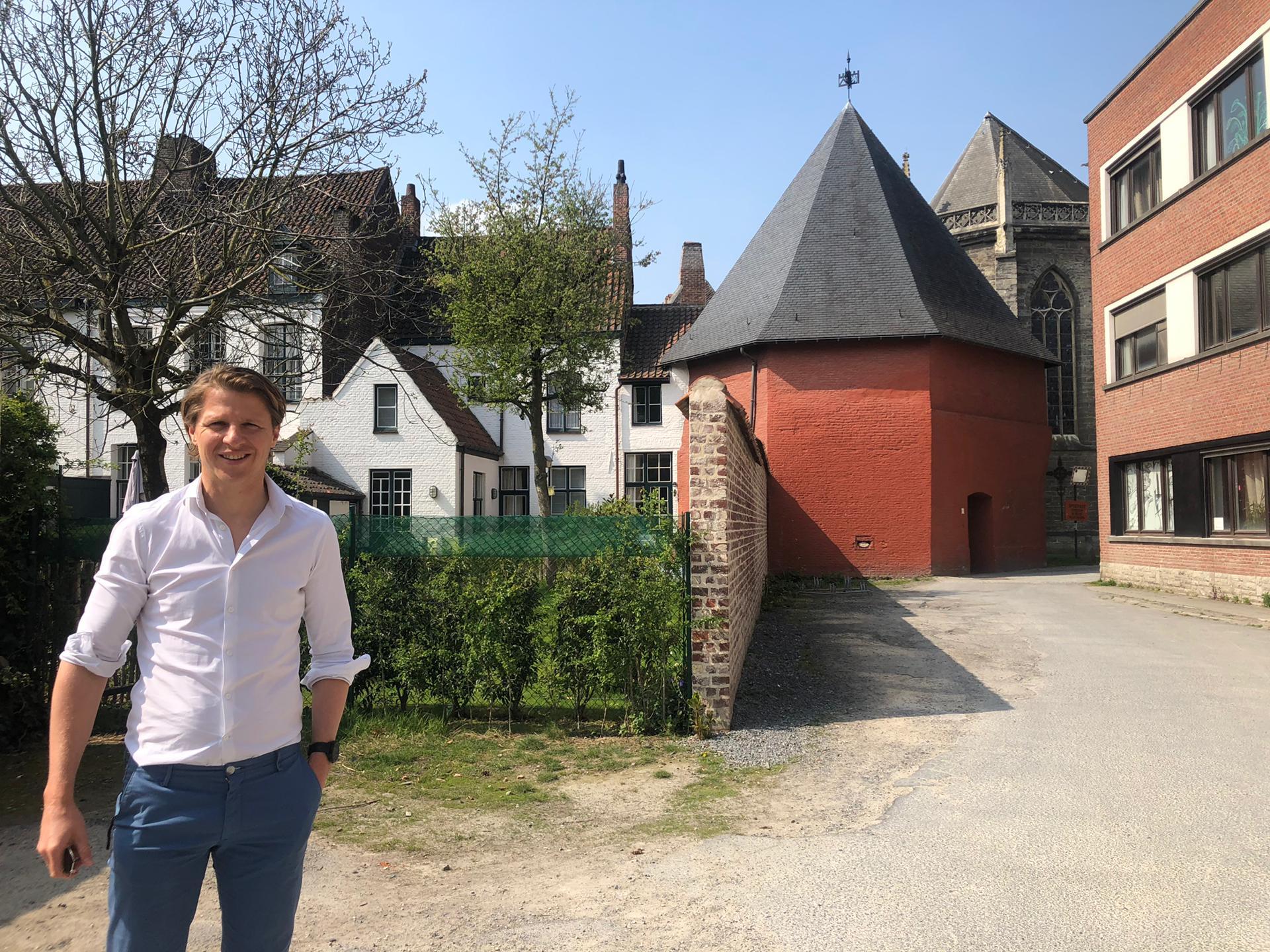 Schepen Axel Ronse op een van de locaties van het nieuwe stadsfestival Paradise (copyright: Kortrijk)