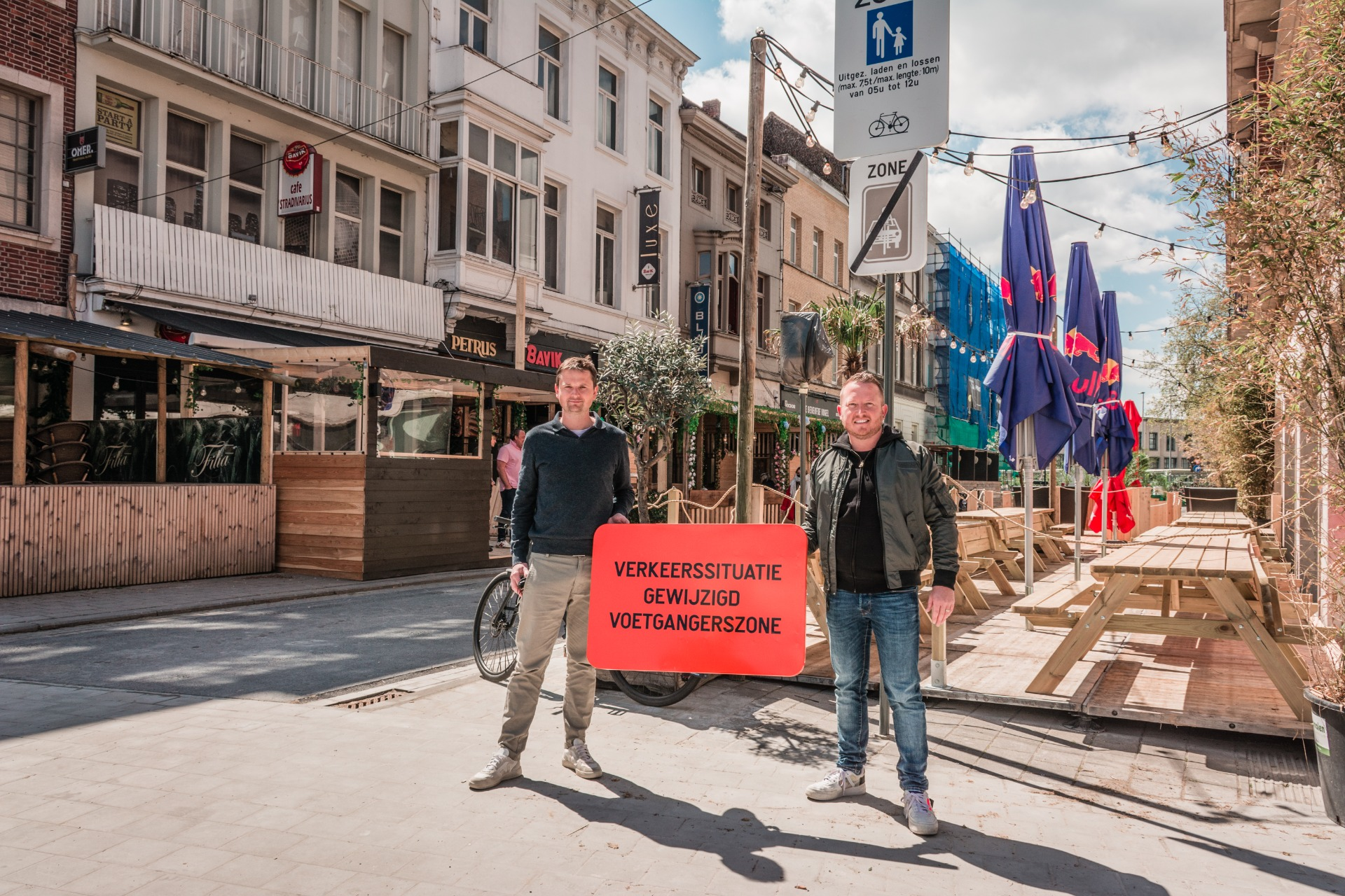 Schepen Axel Weydts en schepen Arne Vandendriessche bij de voetgangerszone in 't straatje (copyright: Kortrijk)