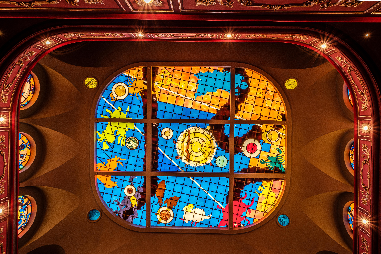 Doneren met zicht op de glaskoepel van kunstenaar Alberola is een unieke ervaring.  (copyright: Kattoo)