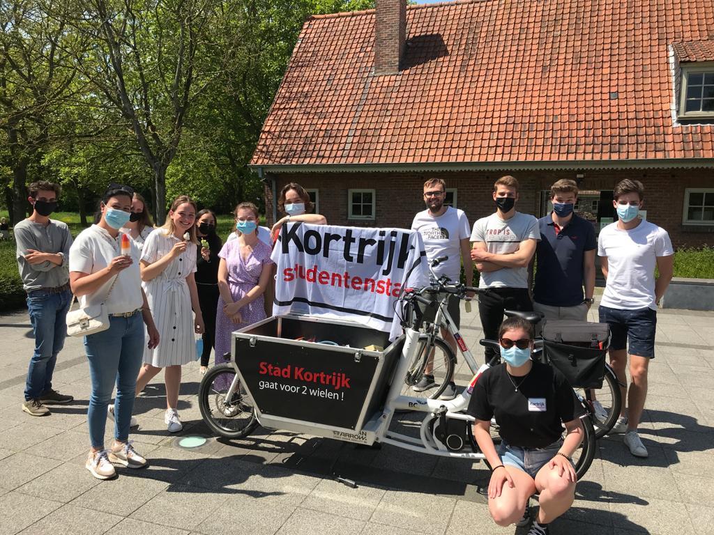 Schepen Kelly Detavernier samen met enkele blokkende studenten aan OC Marke (c) Kortrijk