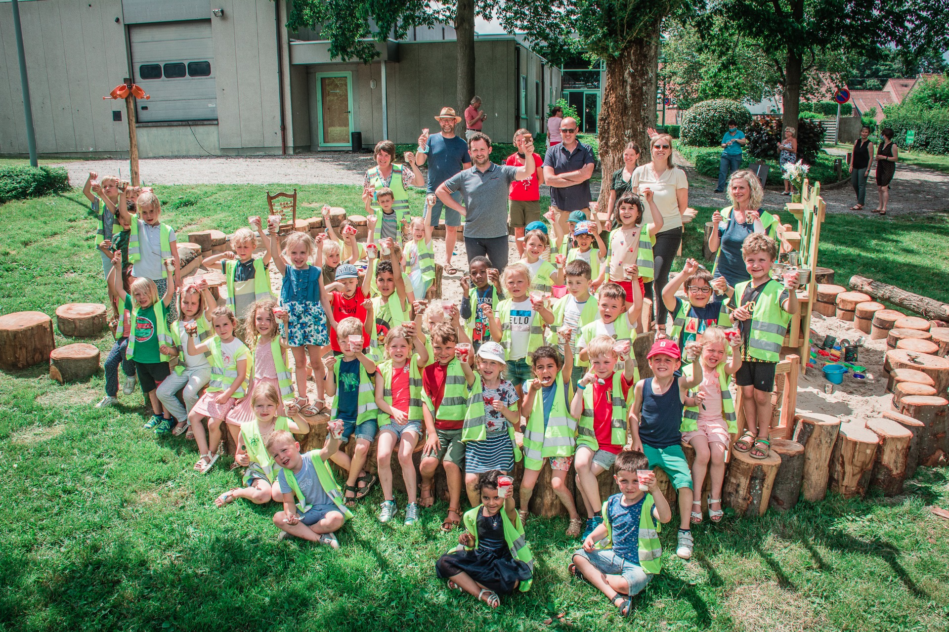Schepen Bert Herrewyn samen met de kinderen van VBS Bellegem op het nieuwe speelplein (c) Kortrijk